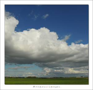 wolkenlucht langs snelweg